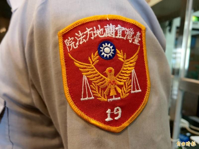 法警制服臂章在和平鴿兩端多了天秤,增加識別度。(記者張議晨攝)