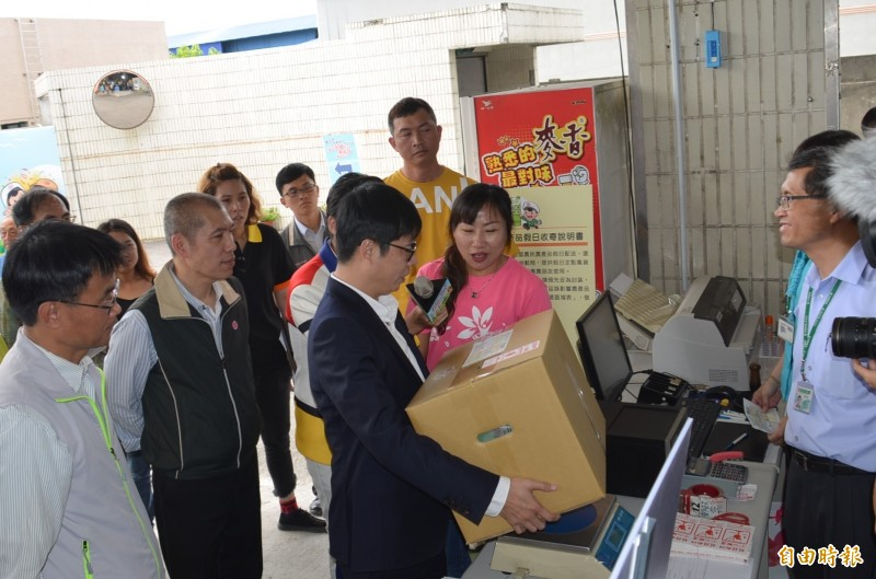 中華郵政在屏東開辦假日收寄農產品業務,行政院副院長陳其邁到場了解寄運情形,歡迎農友多加利用。(記者李立法攝)