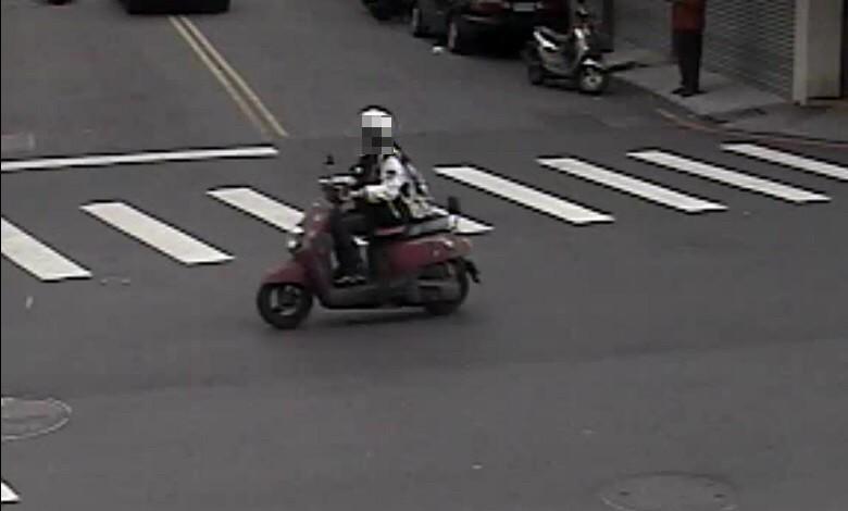 警方過濾路口監視器鎖定騎車陳女通知到案。(記者許國楨翻攝)