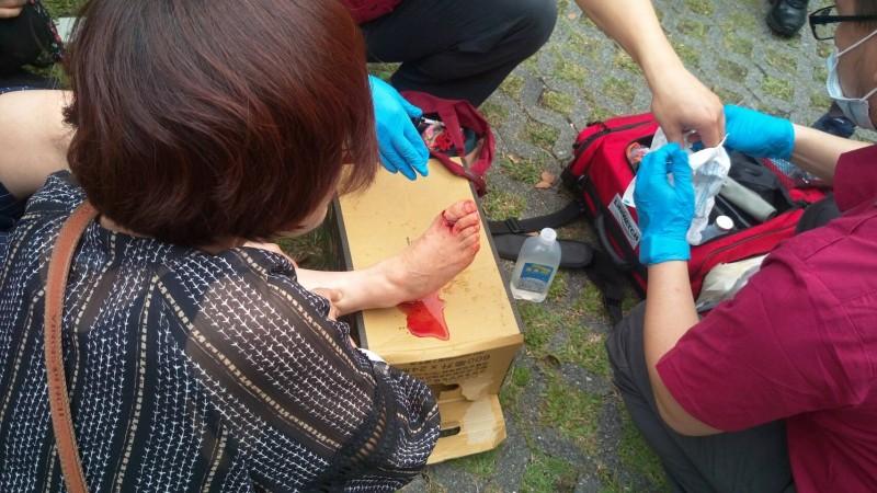 韓籍女遊客腳部遭落石砸傷。(記者王峻祺翻攝)