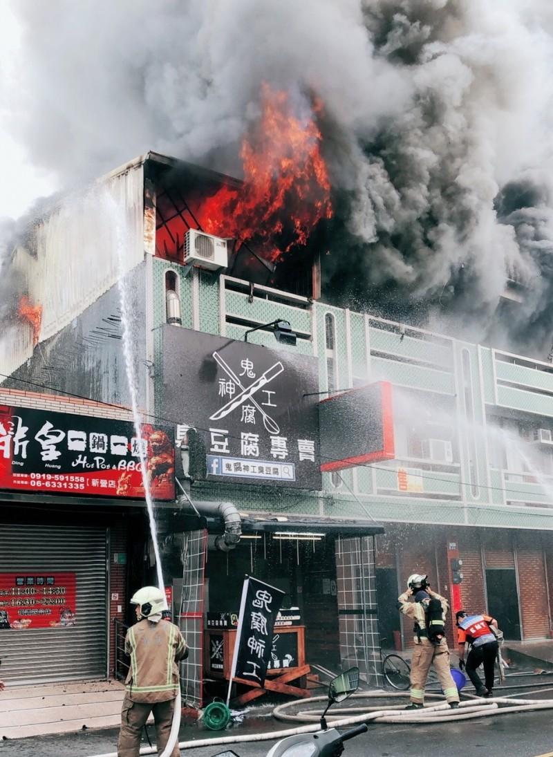 新營透天厝加蓋鐵皮屋火警  延燒3戶頂樓