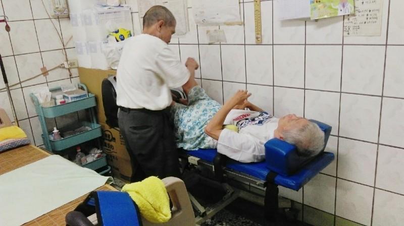 阿雄伯照顧癱瘓臥床的髮妻10幾年。(記者蔡淑媛翻攝)