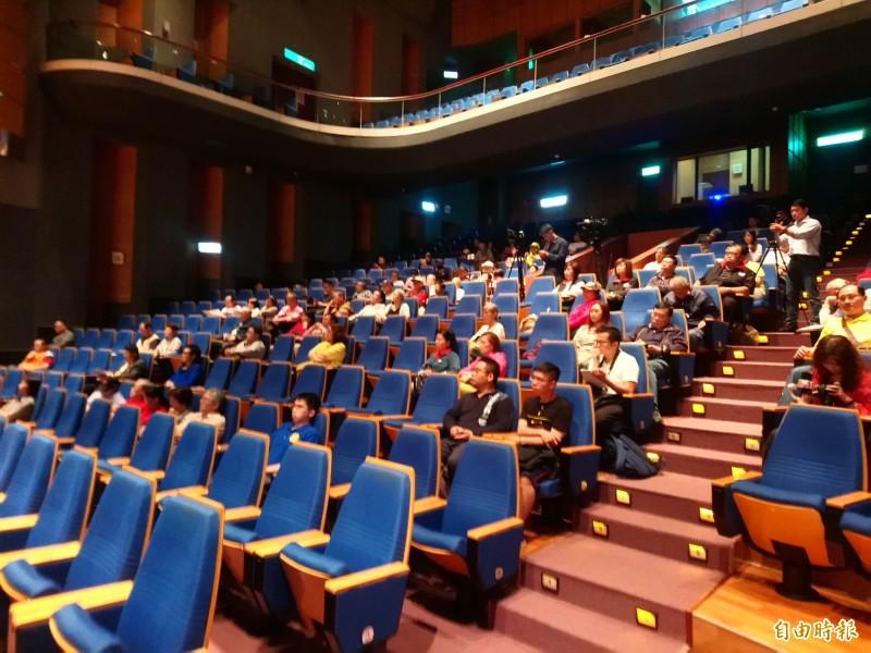 新黨舉辦「北京要統,台灣怎辦」論壇,雖然黨內菁英盡出,但支持者並不捧場,估計現場不到200人。(記者謝武雄攝)