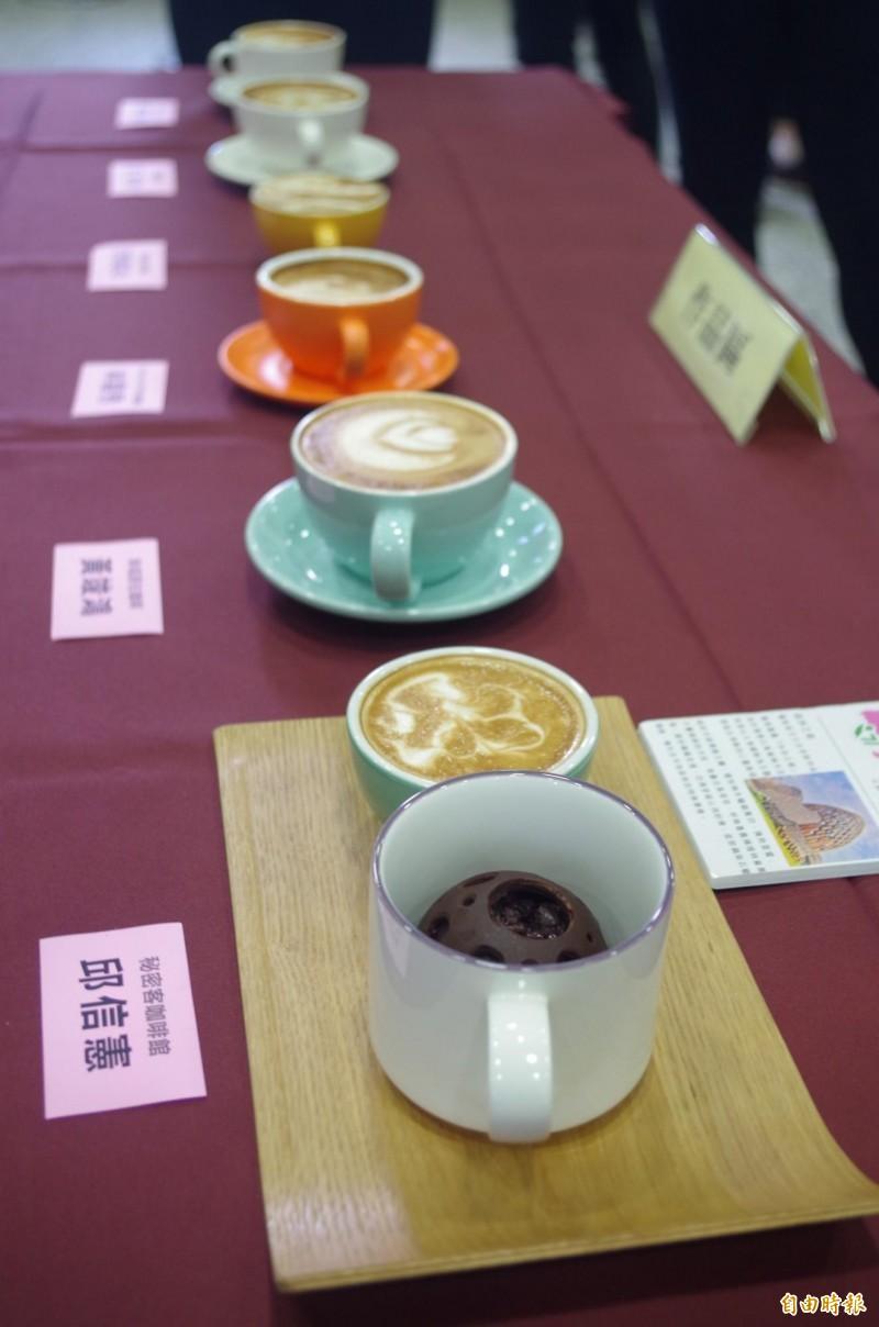 嘉義市7間咖啡店業者競技咖啡拉花技巧,市花豔紫荊、天鵝、愛心都成拉花作品。(記者王善嬿攝)