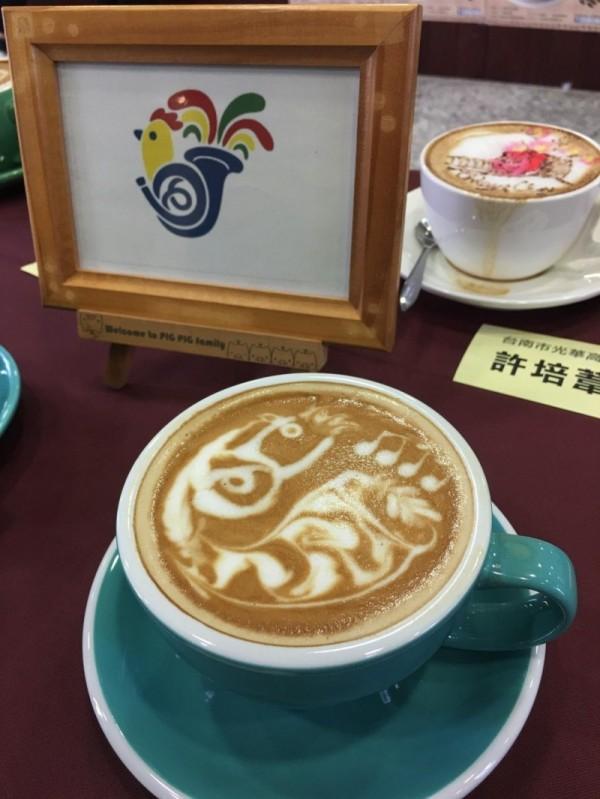 崑山科技大學的李姿璇作出國際管樂節管樂小雞的拉花圖案,獲學生組第一名。(嘉義市政府提供)