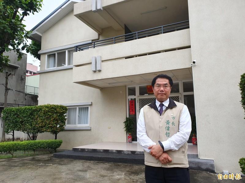 台南市長黃偉哲從選舉期間就以「節儉」形成不少話題,不過這個作風在他上任後,不但不花錢整修廳舍,座車改小,甚至迄今沒有出國但卻已外銷了不少農產品。(記者王涵平攝)