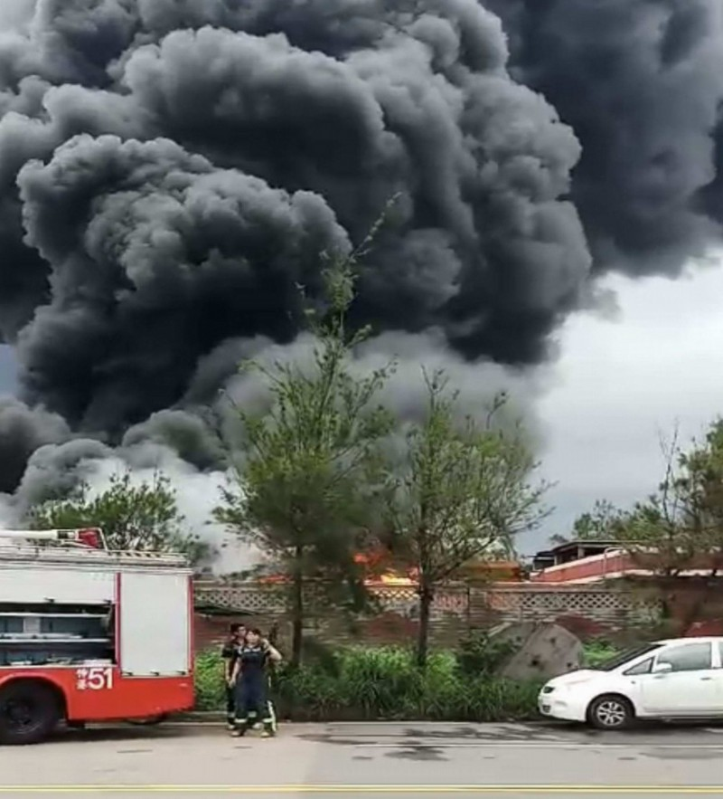 彰化線西一處資源回收場今天下午大火濃煙竄天,民眾直呼:「有如世界末日!」(記者湯世名翻攝)