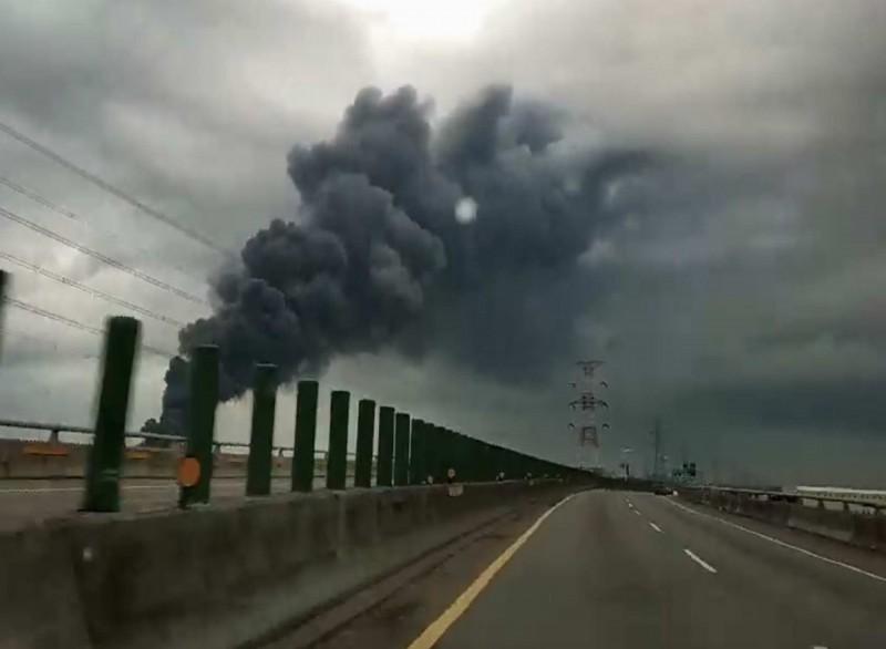 彰化線西一處資源回收場今天下午大火濃煙竄天,數公里遠都能看到巨大的濃煙。(記者湯世名翻攝)