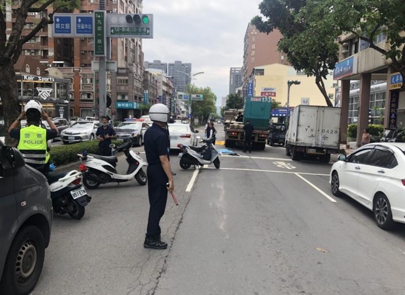三民區九如一路74巷口發生機車、自小客及聯結車的嚴重交通事故,19歲騎士當場死亡。(記者方志賢翻攝)