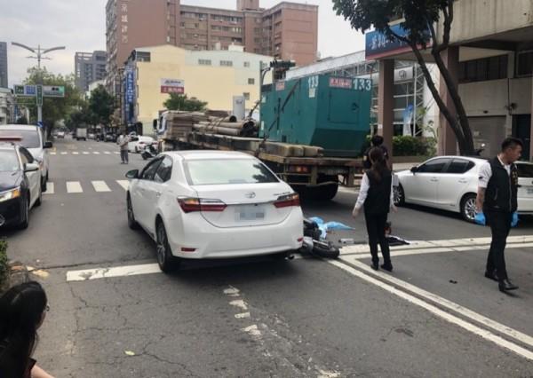 三民區九如一路74巷口今下午發生機車、自小客及聯結車的嚴重交通事故,19歲騎士當場死亡。(記者方志賢翻攝)