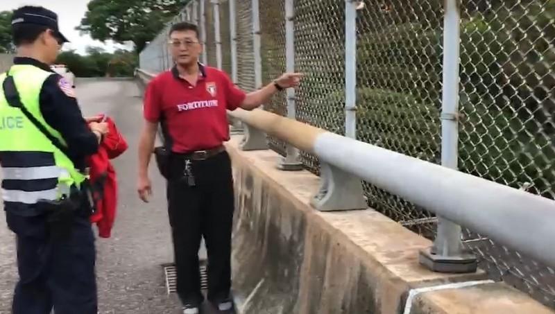 林男攀過陸橋鐵網墜橋。(記者鄭名翔翻攝)