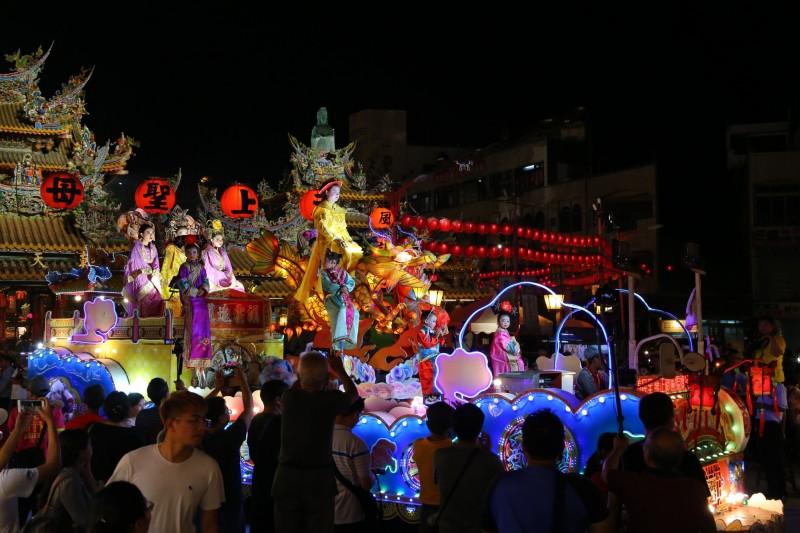 北港迎媽祖最大特色之一真人藝閣花車遊行,沿途還會分撒糖果給遊客吃平安。(朝天宮提供)