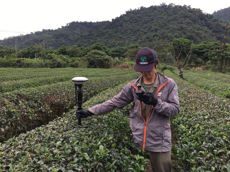 無人機利用GPS導引,農民完成設定後,僅需在旁監控噴灌狀況。(游正福提供)