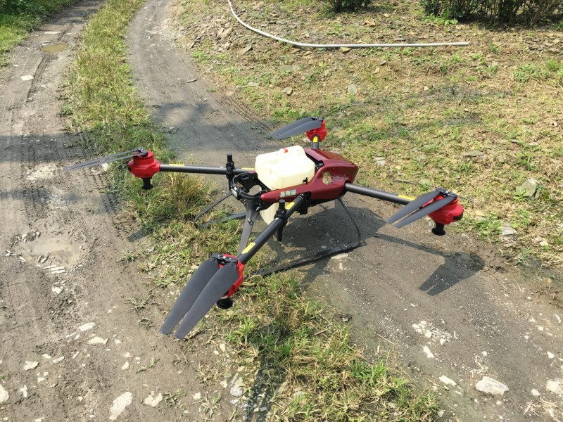 無人機利用GPS導引,農民完成設定後,就可依照噴灌需求,定時、定量噴灑液肥,農民僅需在旁監控噴灌狀況。(游正福提供)