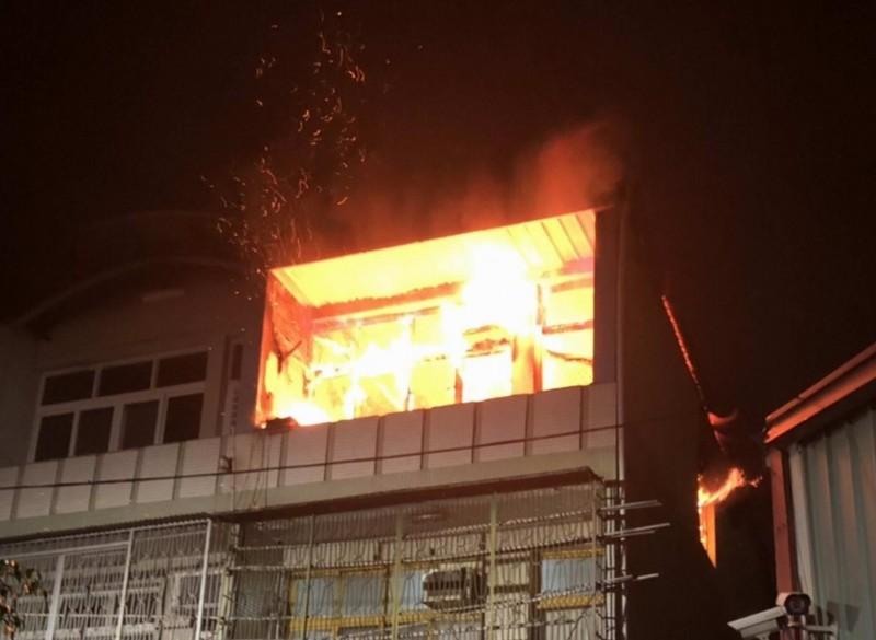 彰化市平安街一棟3樓透天民宅今晚驚傳火災,3樓陷入火海。(消防局提供)