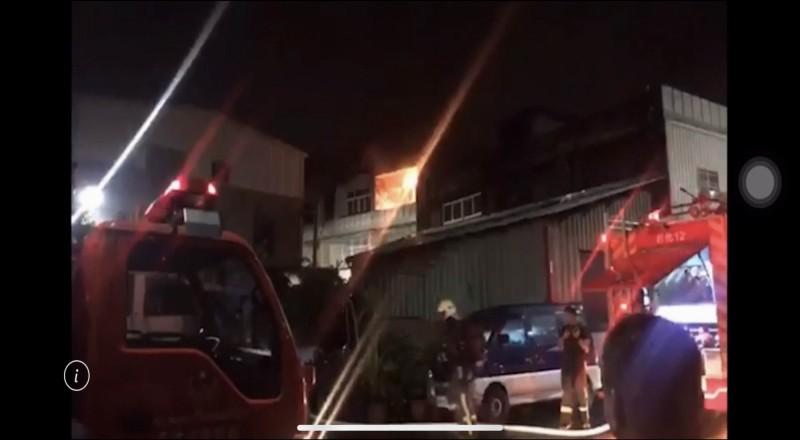 彰化市平安街一棟3樓透天民宅今晚驚傳火災,3樓陷入火海,消防人員部署水線灌救。(翻攝臉書彰化人大小事)