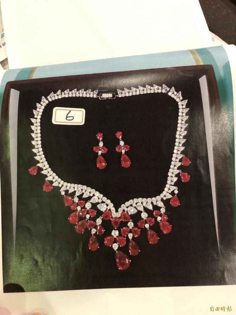 曾發現買來的項鍊款式設計與另一條項鍊一模一樣,只有珠寶顏色不同因而起疑。(記者王冠仁攝)