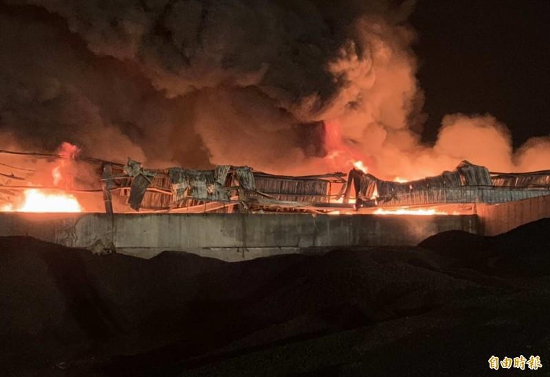 彰化輪胎工廠大火從昨天下午燒到今天上午,整整燃燒16個小時,現場仍持續搶救中。(記者湯世名攝)