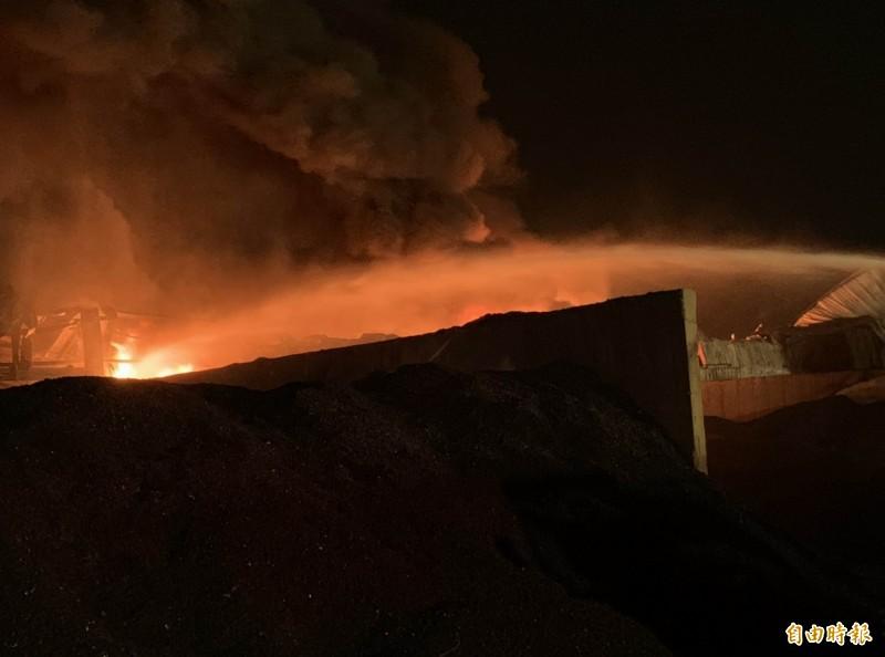 彰化輪胎工廠大火從昨天下午燒到今天上午,整整燃燒16個小時,消防員持續搶救中。(記者湯世名攝)