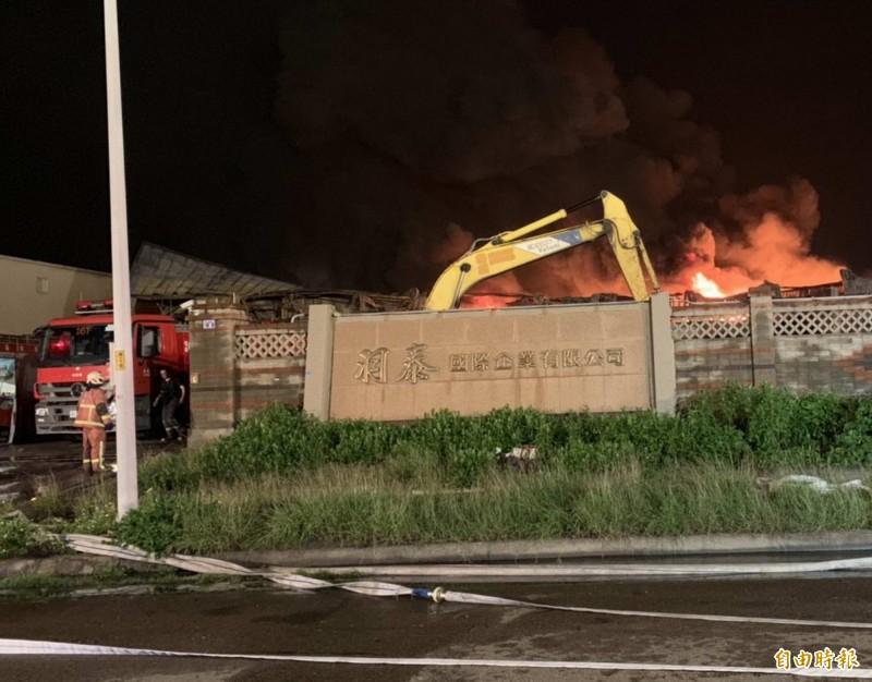彰化輪胎工廠大火從昨天下午燒到今天上午,整整燃燒16個小時,挖土機連夜開挖阻絕火勢。(記者湯世名攝)