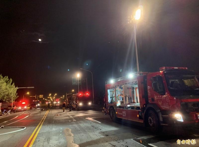 彰化輪胎工廠大火整整燃燒16個小時,廠外停放大批消防車待命搶救。(記者湯世名攝)
