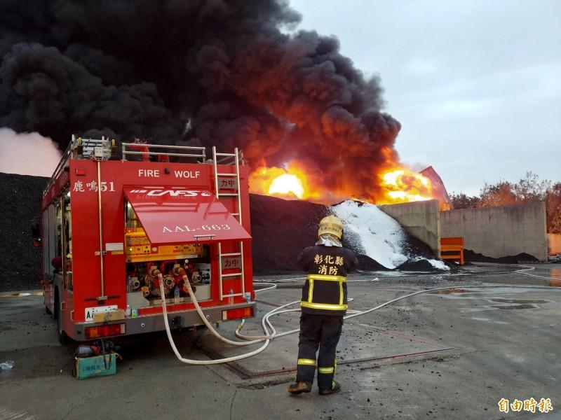 彰化輪胎工廠大火整整燃燒16個小時,消防人員徹夜搶救,避免火勢蔓延。(記者湯世名攝)