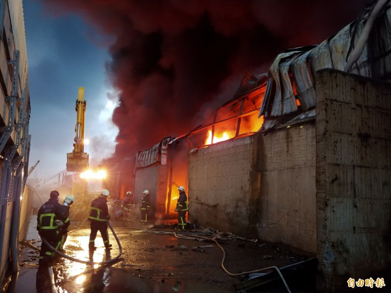 彰化輪胎工廠大火整整燃燒16個小時,消防人員徹夜搶救。(記者湯世名攝)