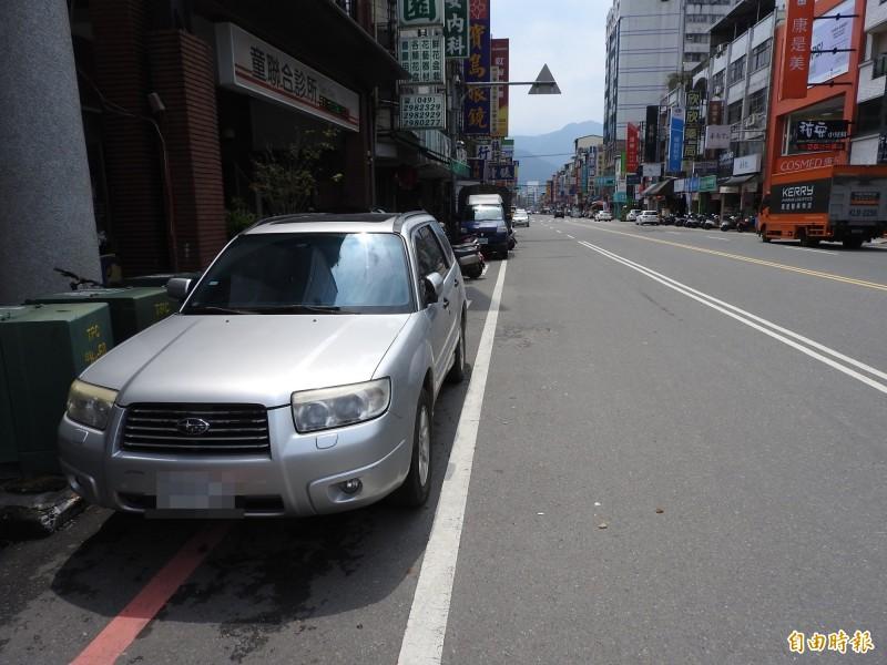 埔里鎮市區中正路成為民眾檢舉違規熱區,以違規臨停及佔用車道佔最多。(記者佟振國攝)