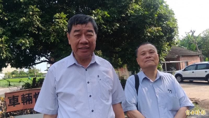 六房媽祖熱心信徒張清川(左)協調地主同意拆除。(記者廖淑玲攝)