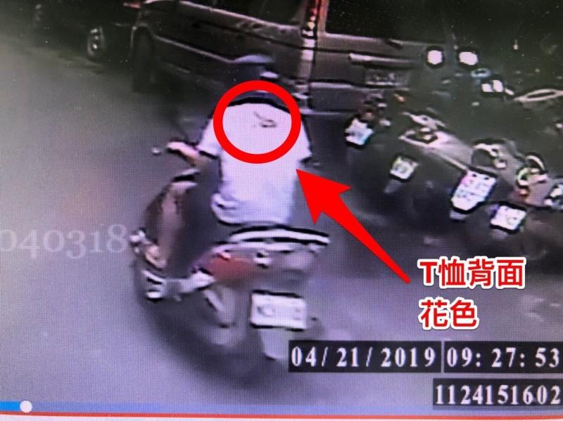 警方提供吳男最後身影畫面,並秀出穿著特徵。(記者曾健銘翻攝)
