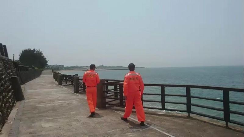 海巡人員在海岸線周邊搜索。(記者曾健銘翻攝)