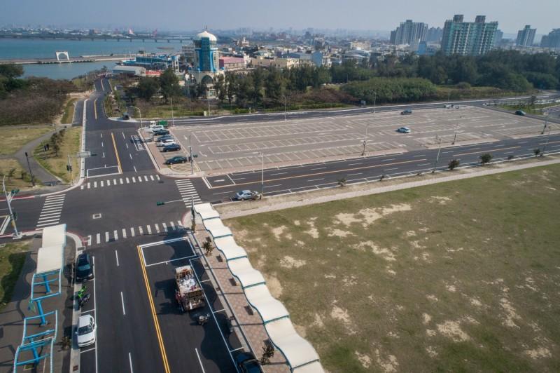 自駕車準備進入的新竹漁港道路的空拍圖。(記者蔡彰盛翻攝)