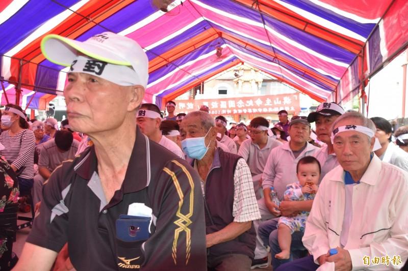 旗山生命紀念園區設置說明會聚集300多名居民到場抗議。(記者蘇福男攝)