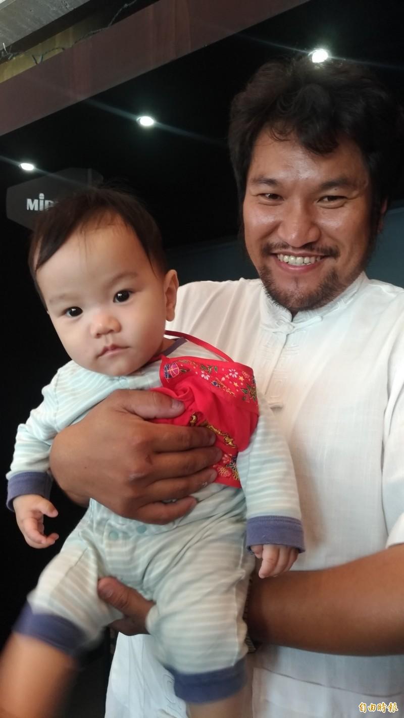 工藝師吳登興特別為兒子打造一輛藝閣車。(記者廖淑玲攝)
