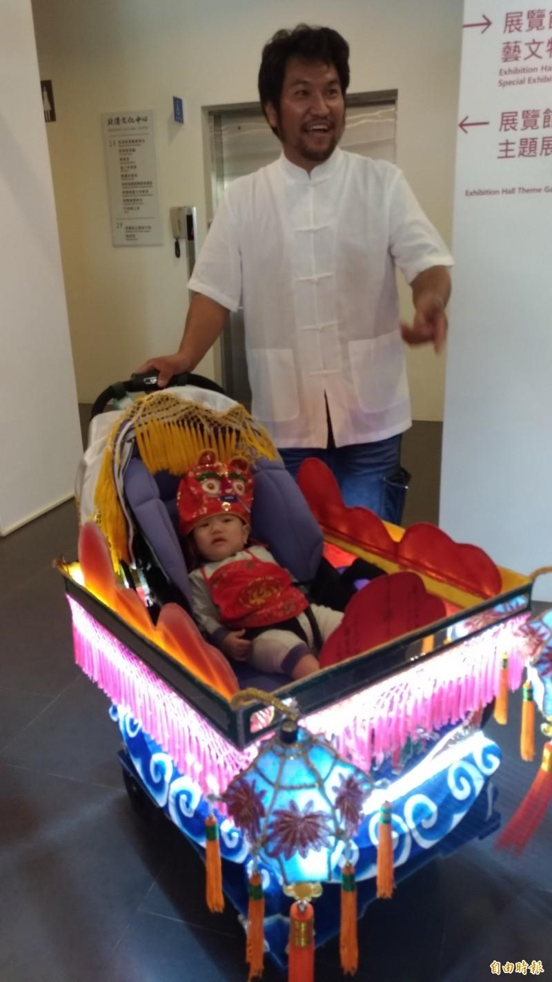 工藝師吳登興為兒子打造一輛全台獨一無二的藝閣車。(記者廖淑玲攝)