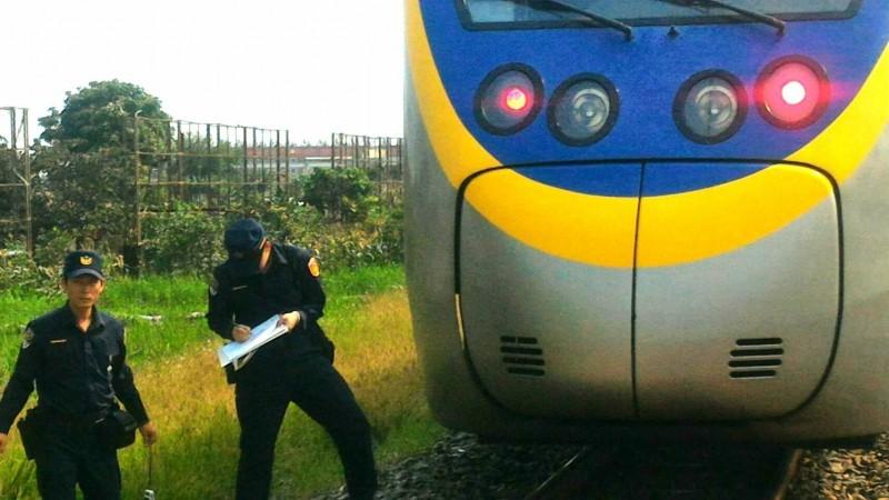 台鐵嘉義開往潮州的3211次區間車,在嘉義至南靖間東線撞到一名跨越路線的行人。(記者丁偉杰翻攝)