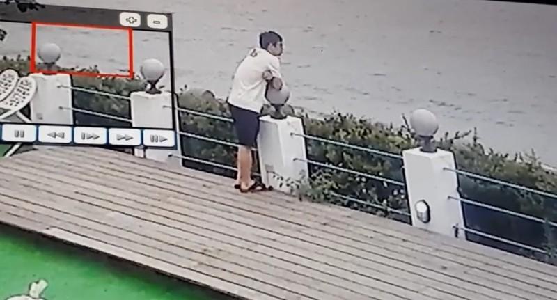 涉嫌悶死2名兒女的吳男,在三芝若有所思地看海。(記者曾健銘翻攝)