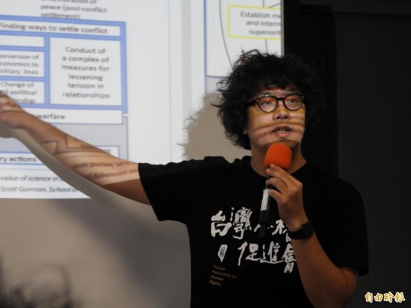 黨產會委員沈伯洋今日在台大演講「中國資訊戰對台灣社會的入侵與威脅」談及,中國利用民主開放性進行滲透、操縱選舉,進而混淆認知體系。(記者陳鈺馥攝)