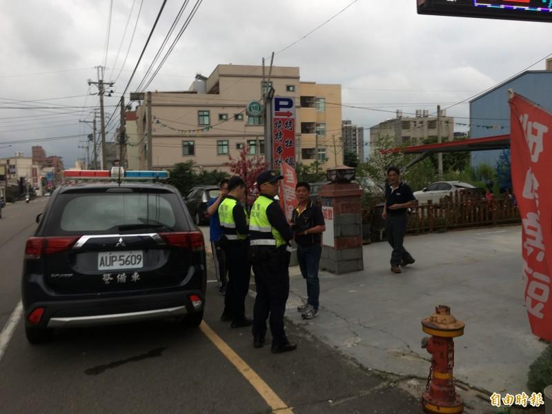 警方到場立即要求業者清除路障,並祭出罰單。(記者鄭名翔攝)
