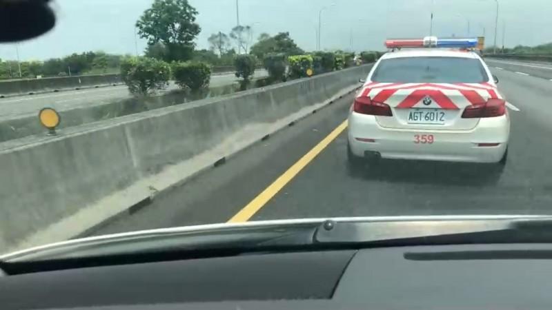 運送移植器官的救護車卡在國道車陣中,遇到國道警車機警呼叫「我車上載心臟」,靠紅斑馬開道搶時間。(記者蘇孟娟翻攝)