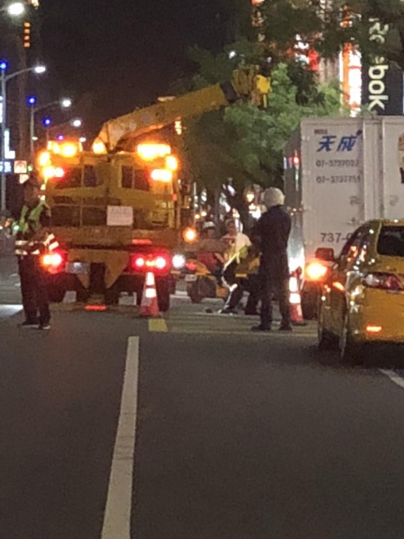 高市新崛江商圈路面凹陷貨車卡住,下班尖峰一度壅塞警排除。(記者黃良傑翻攝)