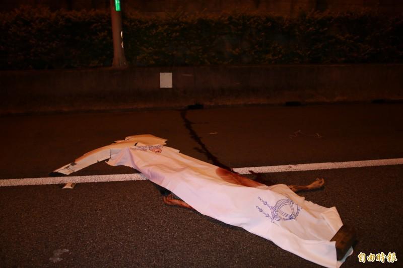 林姓男子遭拋飛車外,當場慘死。(記者鄭名翔攝)