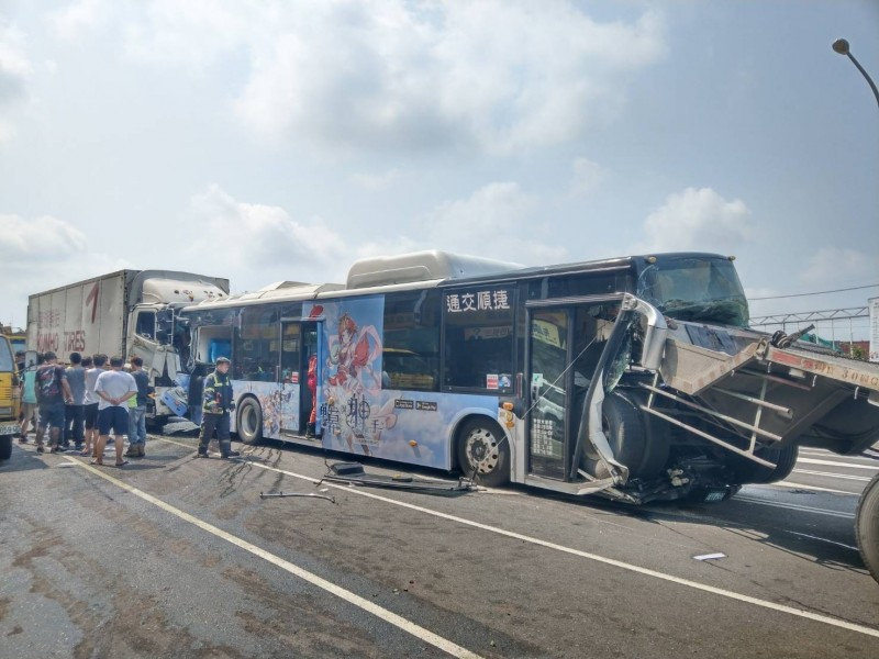 拖板車插破公車車頭。 (記者張軒哲翻攝)