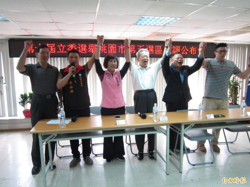 國民黨桃園市黨部公布第五選區立委初選結果,由於3位參選人僅立委呂玉玲(左三)到場,最後高喊團結也顯得冷清許多。(記者謝武雄攝)