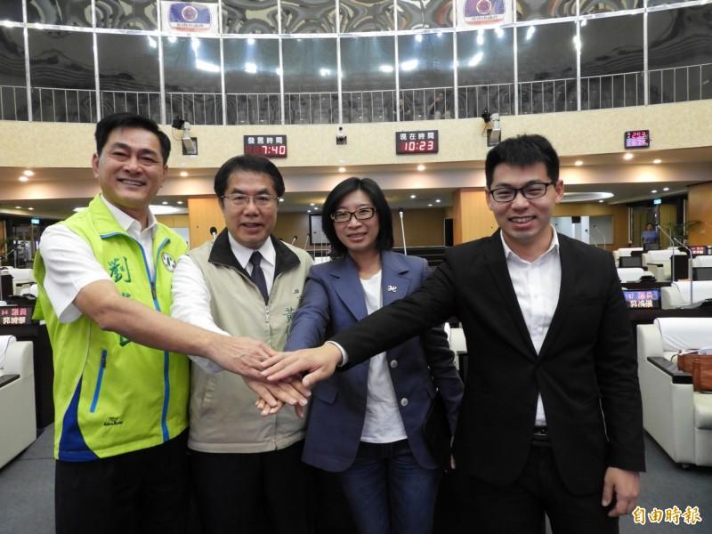 台南大新營地區議員劉米山(左1)、沈家鳳(左3)、李宗翰(右1)聯合質詢,市長黃偉哲(左2)。(記者洪瑞琴攝)