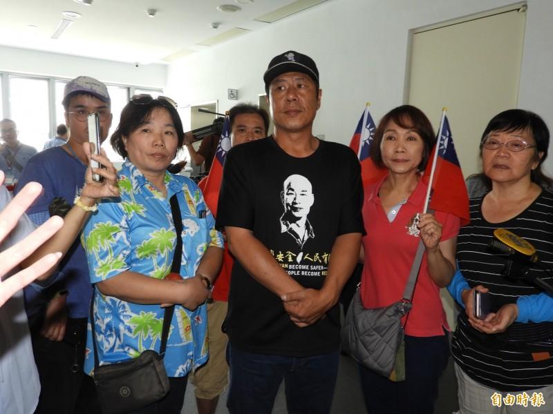 杏仁哥(中)等韓粉仍堅定支持韓國瑜選總統。(記者葛祐豪攝)