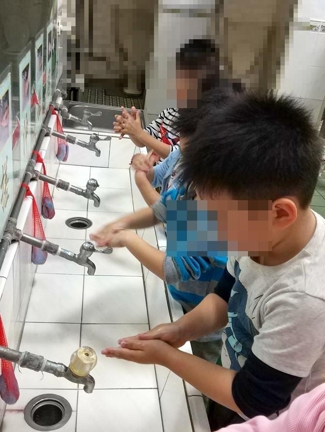 正確勤洗手是預防腸病毒最有效的方法。(衛生局提供)