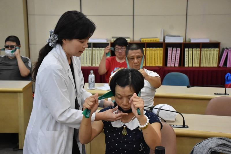 小港醫院邀復健科醫師為視障按摩師進行職業傷病防治課程。(港醫提供)