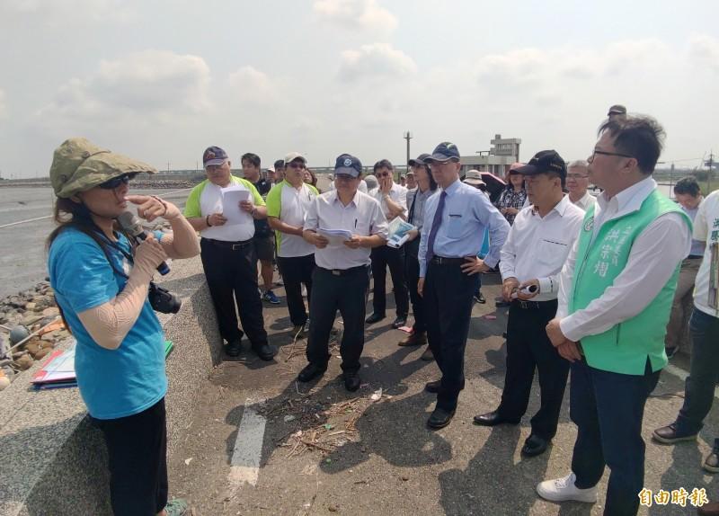 內政部長徐國勇南下彰化會勘濕地,聽取在地NGO團體意見。(記者陳冠備攝)