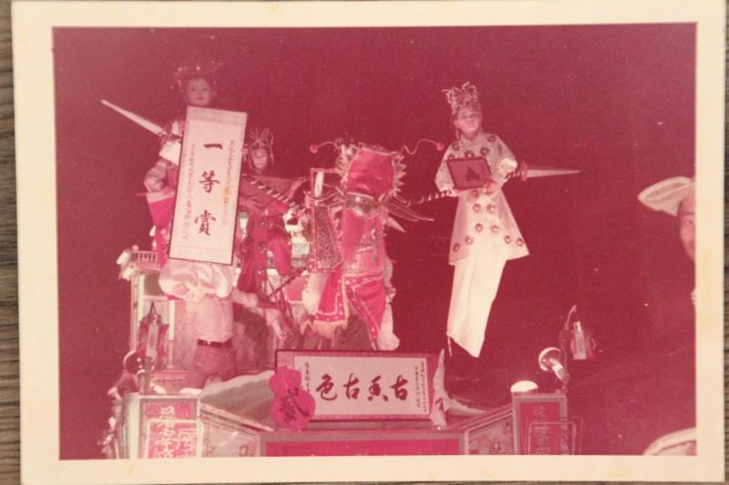李文傑說,父親以前舉辦真人藝閣,評比時常獲獎。(記者林宜樟翻攝)